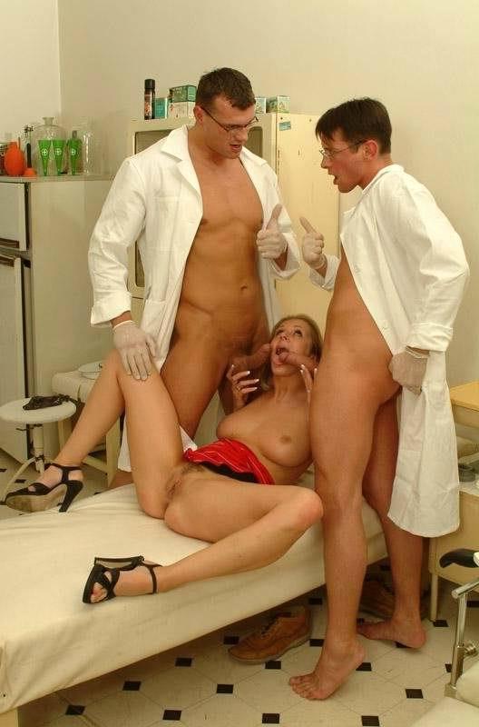 Бесплатное порно два врача ебут пациентку