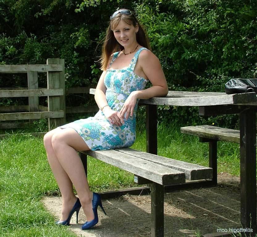 Девушка в чулках позирует на лавочке порно фото бесплатно