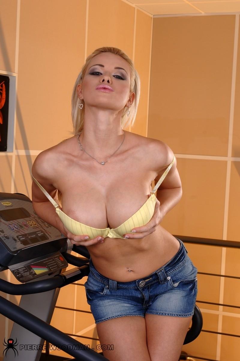 Грудастая Caylian Curtis играет с дилдо порно фото бесплатно