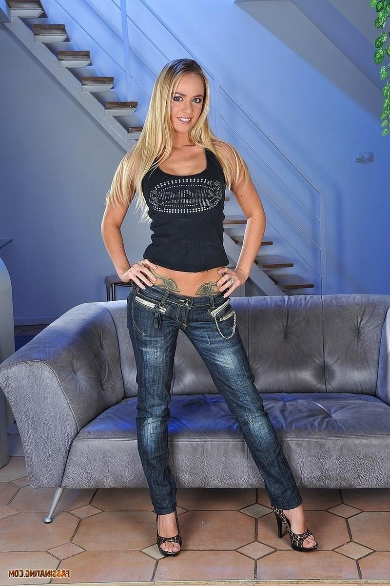 Сексуальная мамочка с красивыми ножками порно фото бесплатно