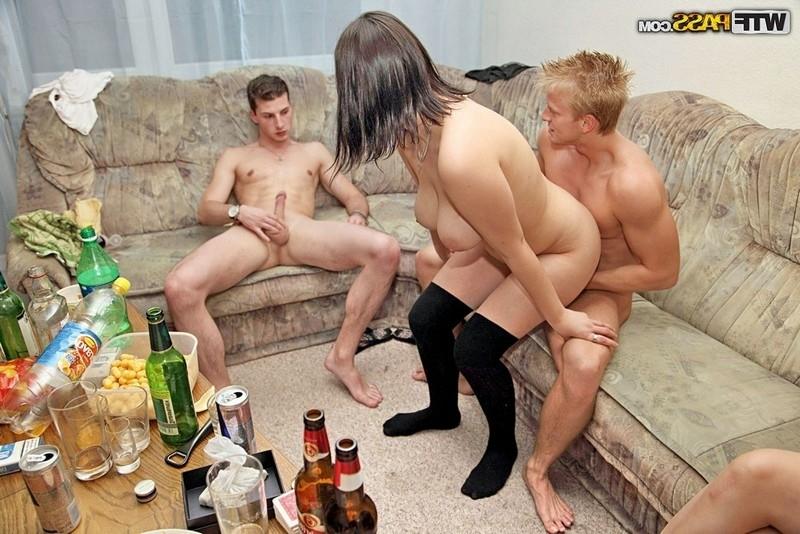 Порно с молодыми девками на хате