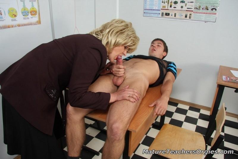 syuzhetom-trahnul-zreluyu-direktrisu-seks-anal-protiv