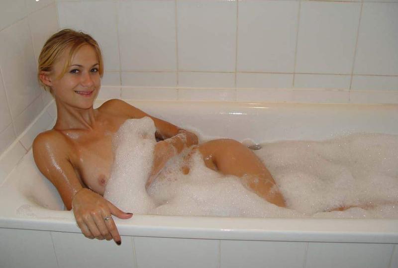 Развратные сучки в ванной постепенно