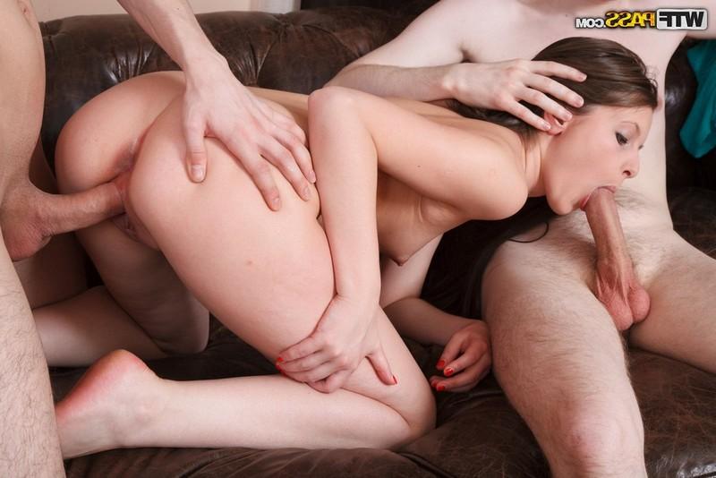 Лиза отдалась двум незнакомцам порно фото бесплатно