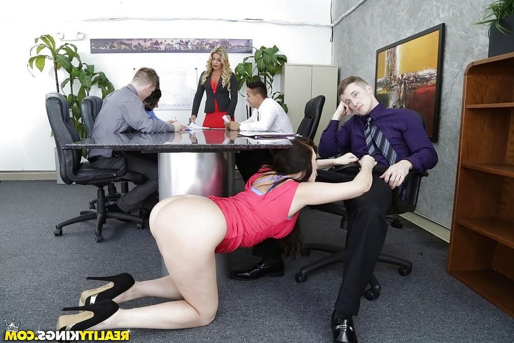 Отсосала под столом у босса