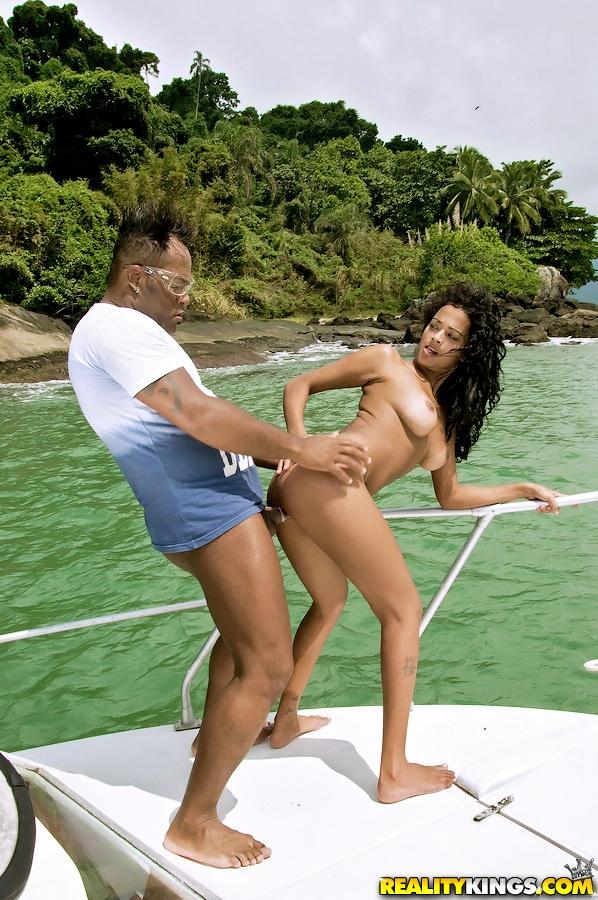 Чёрный репер трахнул на яхте свою фанатку порно фото бесплатно