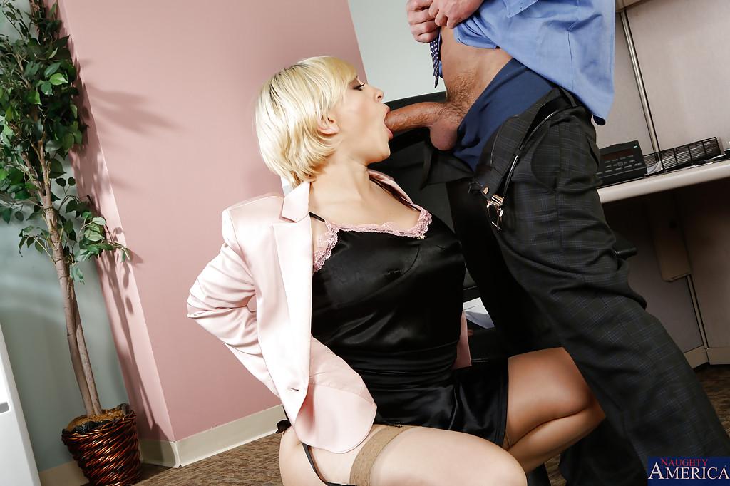 секретарша делает минет своему начальнику порно люси