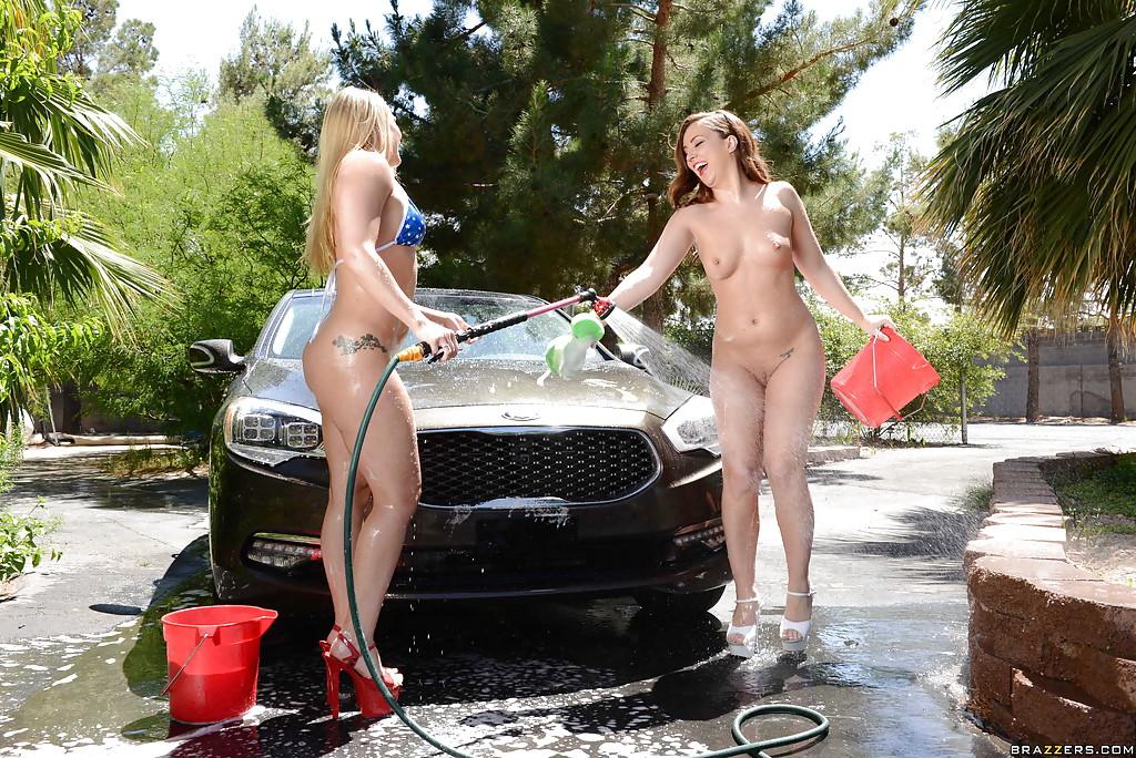 Сексуальные девушки лесбиянки моют авто голыми видео