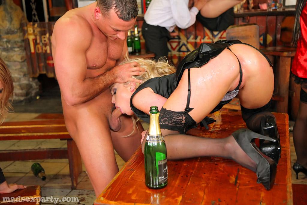 подошел и трахнул в баре домой