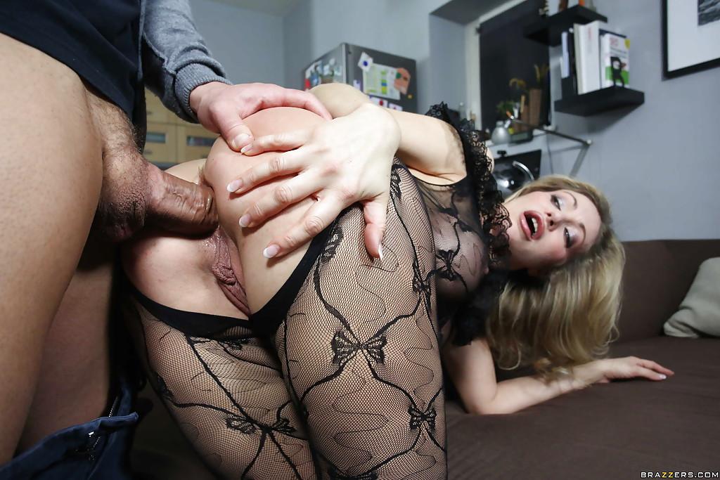 Жена блонд с большой грудью трахалась с работягой негром а муж увидел и присоединился руки ложатся