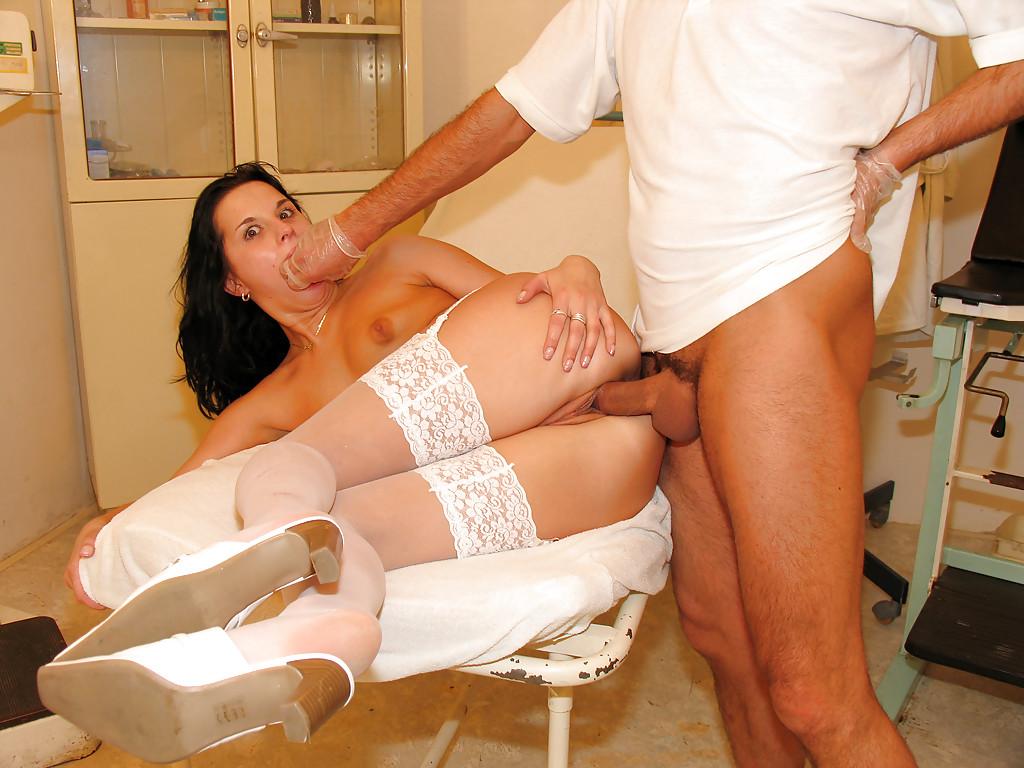 Развратная пациентка в секс наряде совращает доктора