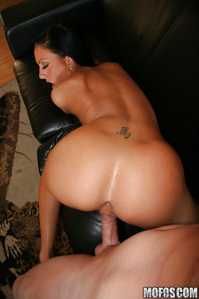 Мощный член мужика буравит узкую киску Tiffany Brookes порно фото бесплатно