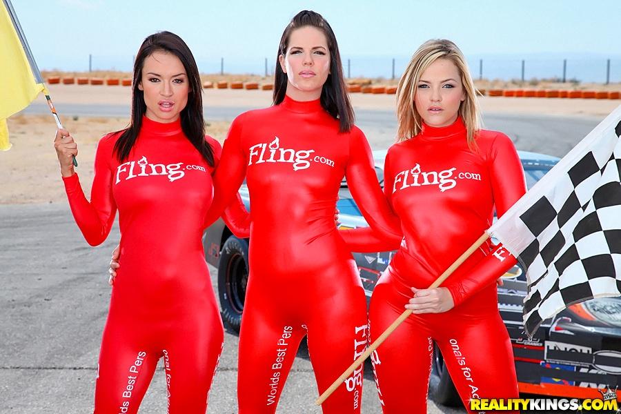 Три модели разделись для гонщиков порно фото бесплатно