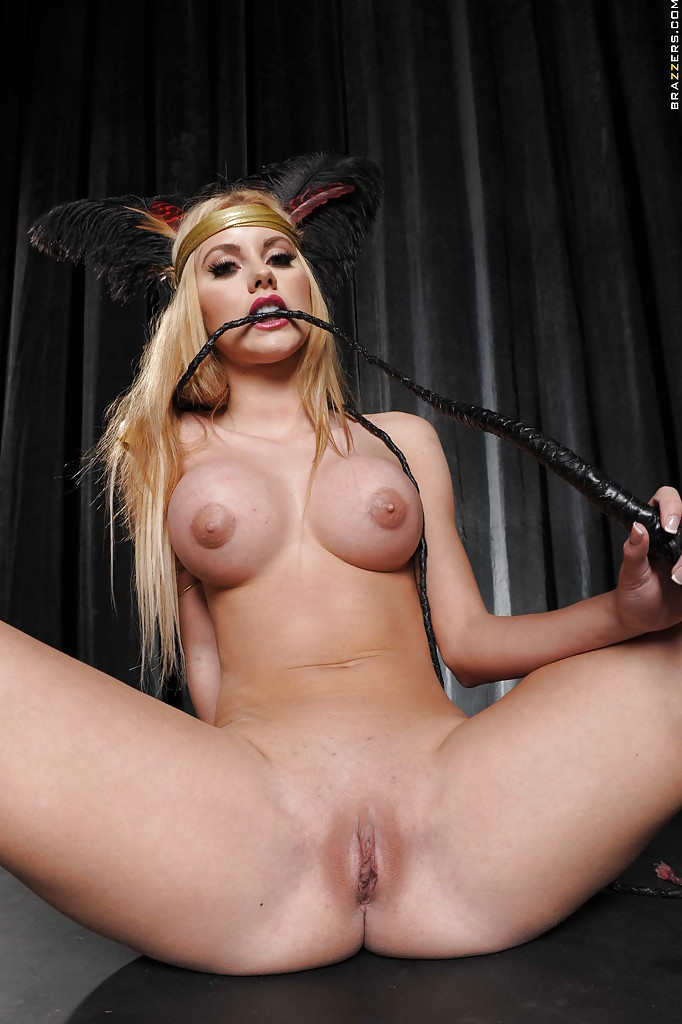 Королева бала Jessie Rogers показывает гостям все свои прелести порно фото бесплатно