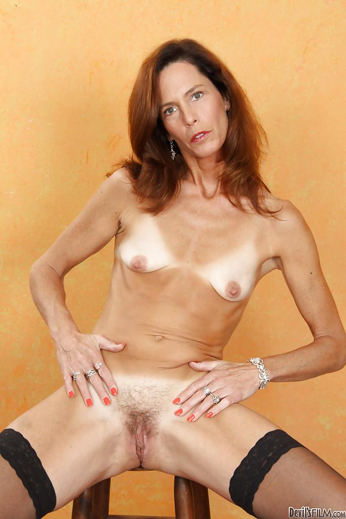 Худая мадам играется с расческой порно фото бесплатно