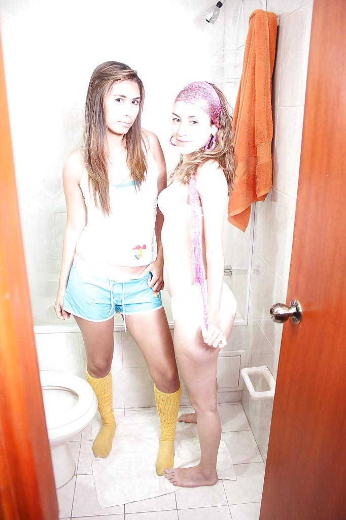 Две подружки позируют в ванной комнате | порно фото
