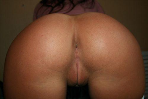Брюнетка раком показывает упругую жопу и мокрую щель - порно фото