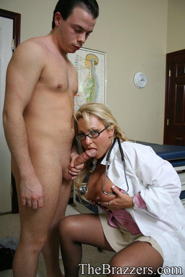 мужика пальцем медсестра ебет
